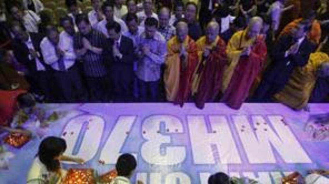 رهبان بوذيون يقيمون صلاة جماعية على مفقودي الطائرة