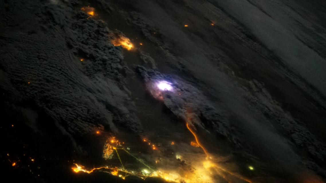 صورة وميض البرق على حفر الباطن- ناسا