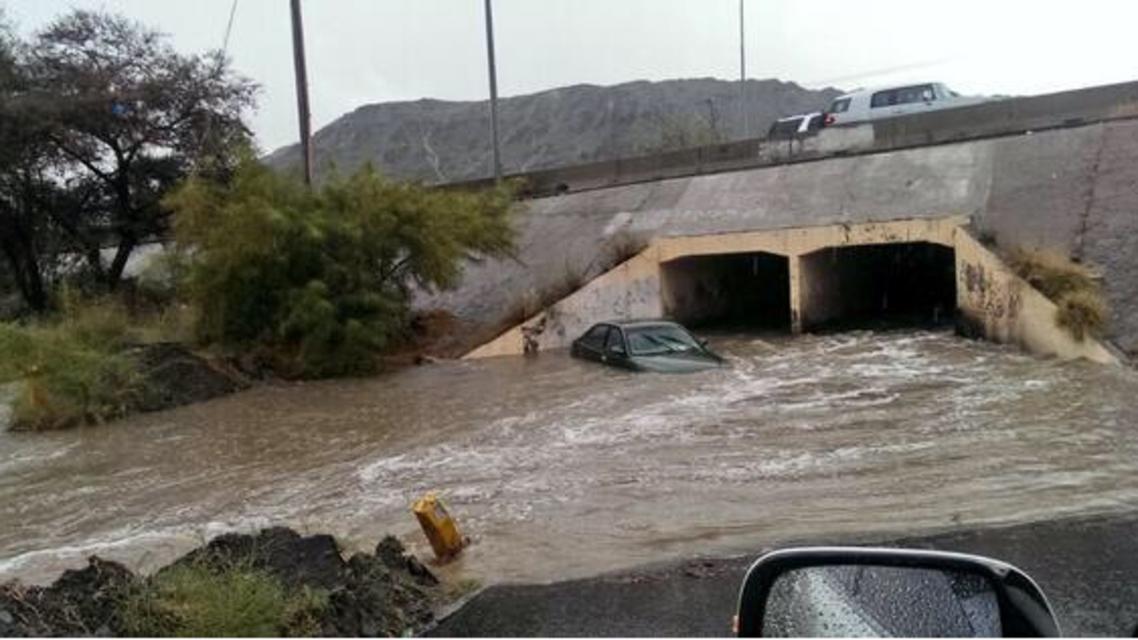 احتجاز مركبتين بسبب أمطار الطائف