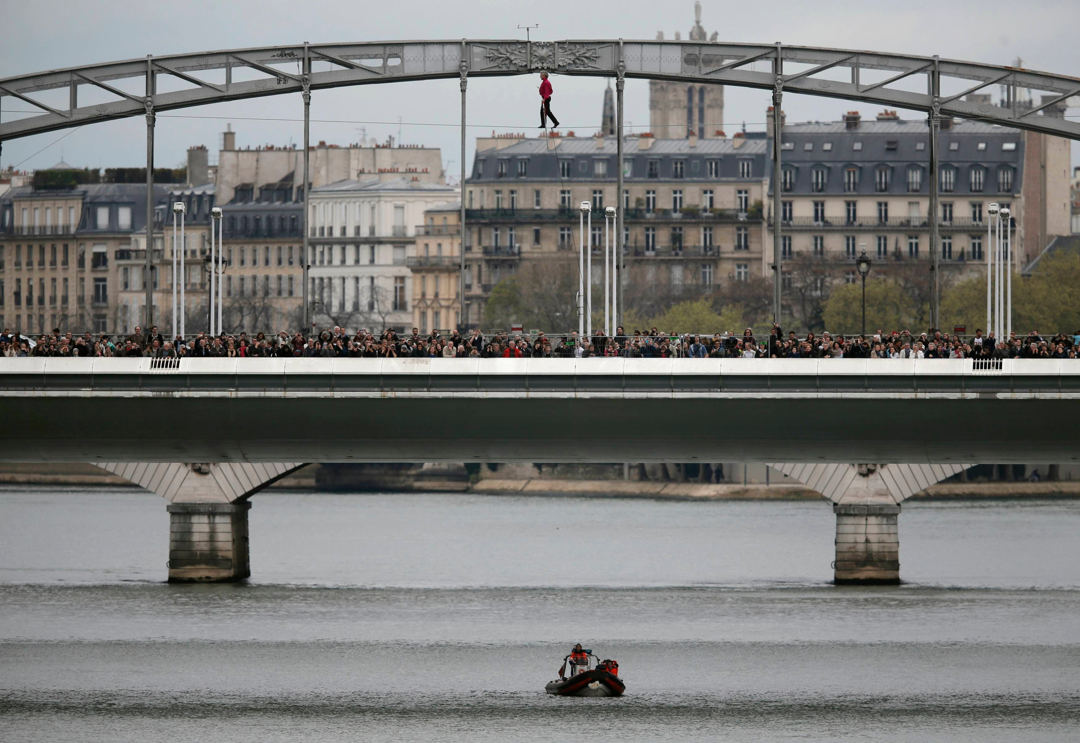 بهلوان فرنسي فوق نهر السين