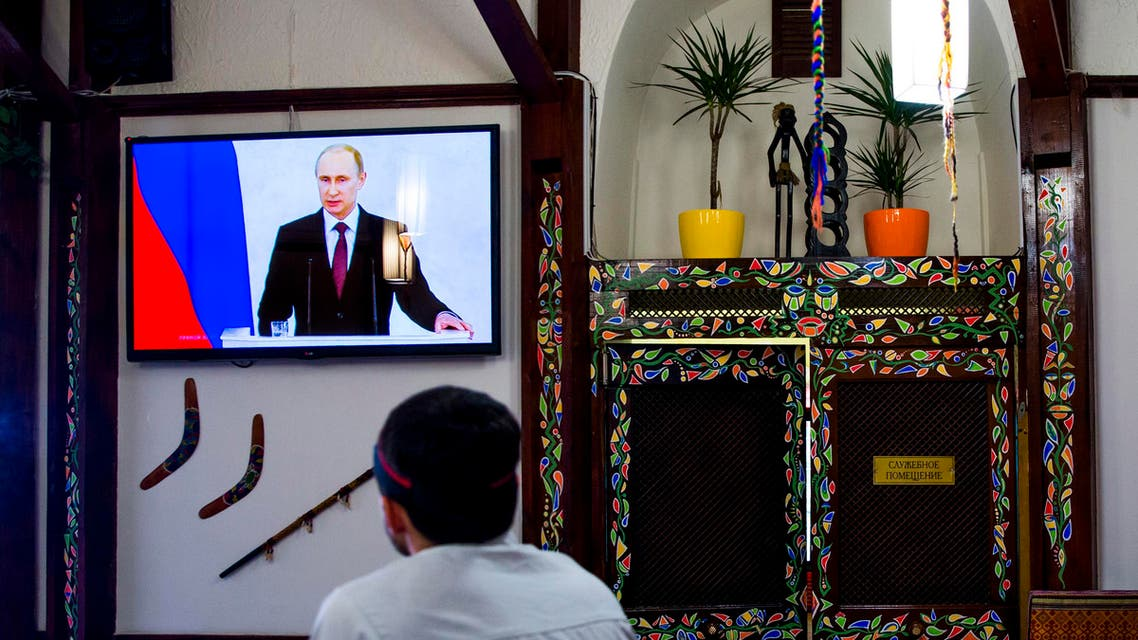 A man watches a speech by Russian President Vladimir Putin in a restaurant in Simferopol, Crimea on March 18, 2014. (File photo: Reuters)