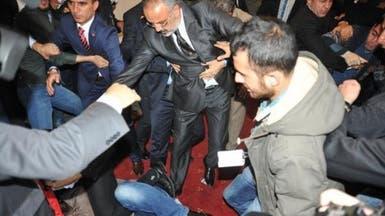 بالفيديو.. لكمتان على وجه زعيم المعارضة في تركيا