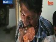 بالفيديو.. هندي يتلذذ بأكل الصخور والطين