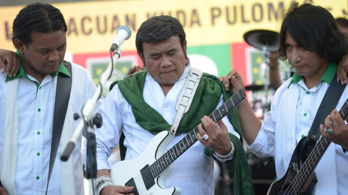 Indonesian musician Rhoma Irama (C) performing with the Soneta group during a legislative campaign in Jakarta. (AFP)