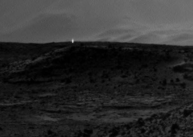 نور غامض ظهر في صورة وصلت حديثا من المريخ