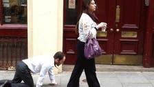 """كشف لغز المرأة التي تجر """"الرجل الكلب"""" في شوارع لندن"""