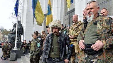 تأزم في أوكرانيا.. دبابات ومسلحون شرقي البلاد