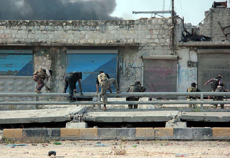 مسلحون من المعارضة اثناء الاشتباكات مع جيش النظام في حلب