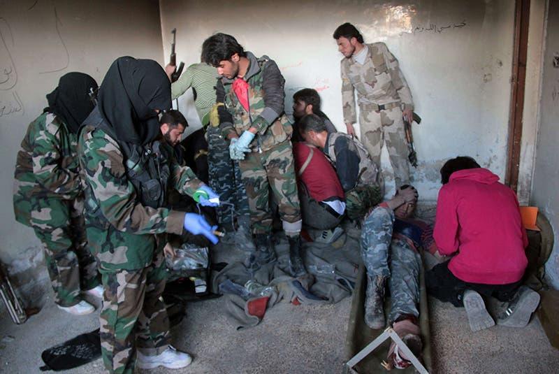 ممرضات يقدمن العلاج لجرحى اثناء الاشتباكات مع جيش النظام في حلب