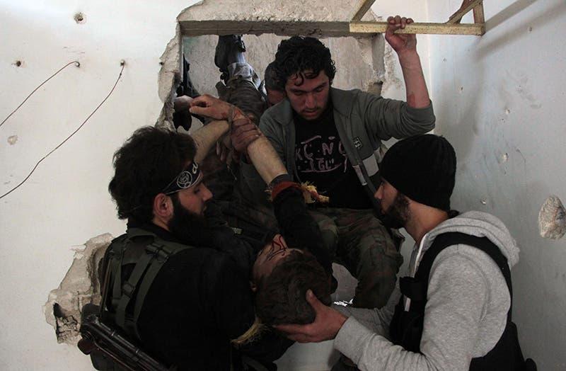 اخلاء جرحى المعارضة اثناء الاشتباكات مع جيش النظام في حلب