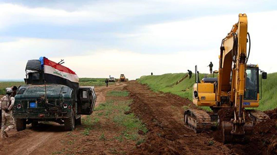 خندق عند حدود كردستان و سوريا لمنع تسلل إرهابيين العراق