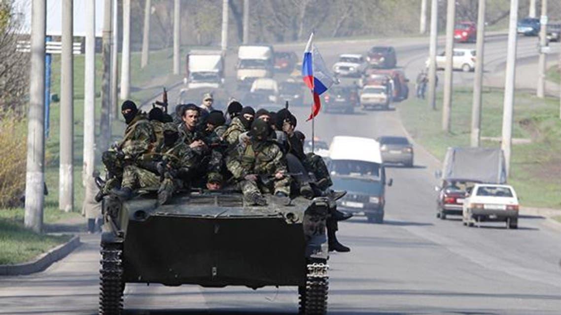 مدربعات في بلدة سلافيانسك في شرق أوكرانيا ترفع علم روسيا