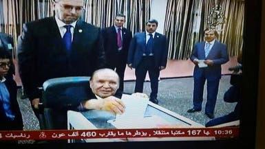 الجزائر.. بوتفليقة يدلي بصوته على كرسي متحرك