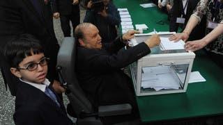 عبدالعزيز بوتفليقة يصوت في الانتخابات على كرسي متحرك