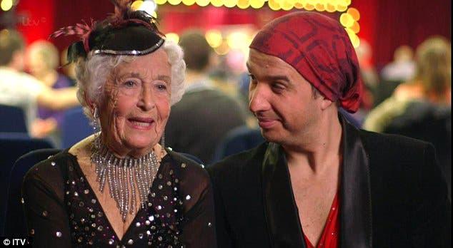 عجوز في الثمانين ترقص وتبهر العالم بخفتها