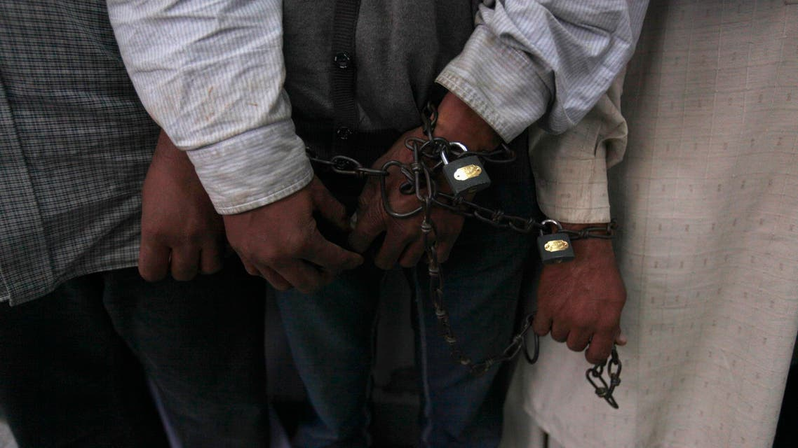 Handcuffed men stand in line at the Crime Investigation Department (CID) after their arrest in Karachi, Jan. 2, 2013. (File photo Reuters)