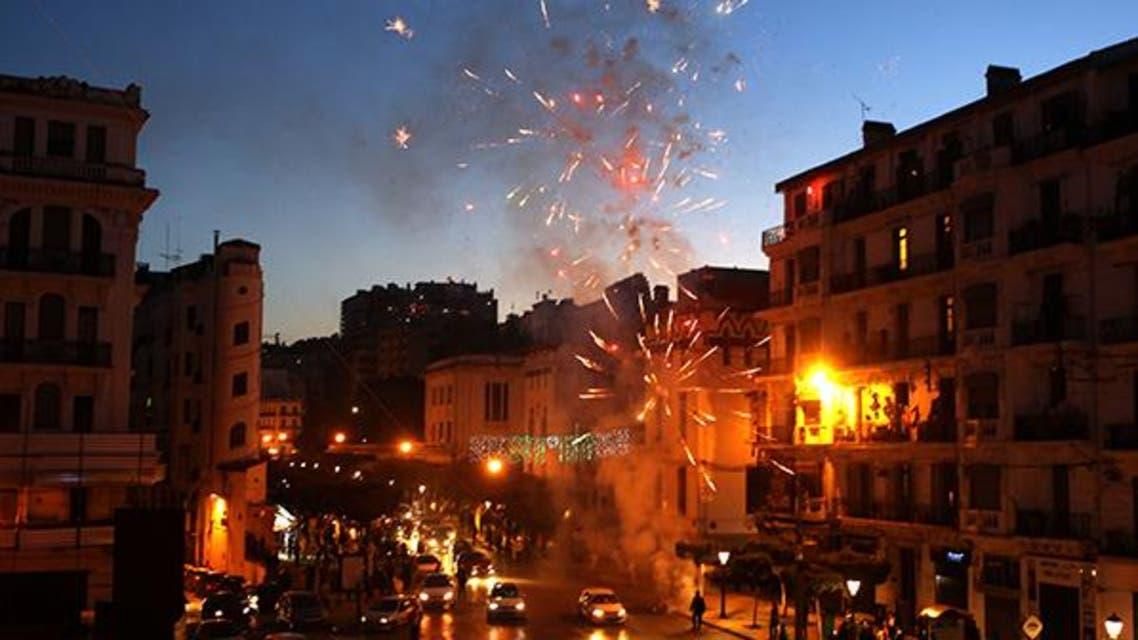 انصار عبدالعزيز بوتفليقة يطلقون الالعاب النارية احتفالاً بفوزه بإنتخابات رئاسة الجزائر