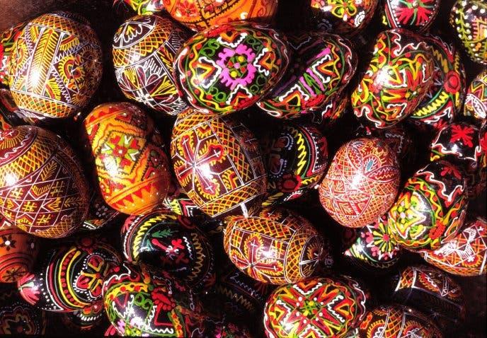 بيض ملون بنقوش فرعونية للعيد