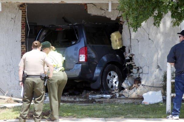 دهست سيارة فتاة نائمة في مسكنها بكاليفورنيا