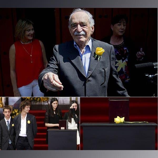 ماركيز والوردة الصفراء على صدره وعلى طاولة التأبين وعلى صدري اثنين من أحفاده الأربعة