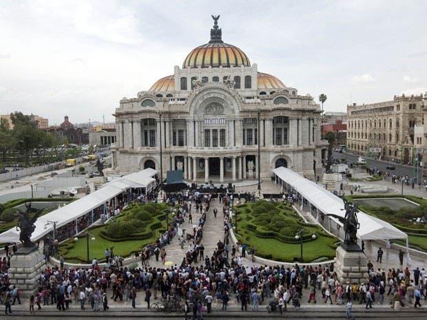 محتشدون أقبلوا صفوفا الى حيث تم التأبين في قاعة قصر الفنون الجميلة بالعاصمة المكسيكية