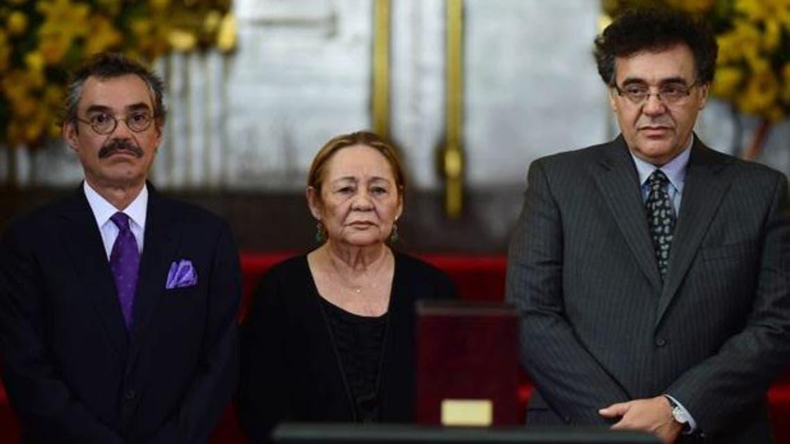 """أرملة ماركيز بين ابنيها رودريغو وغونزالو، وعلى الطاولة """"علبة رماد"""" جثمان زوجها المحروق"""