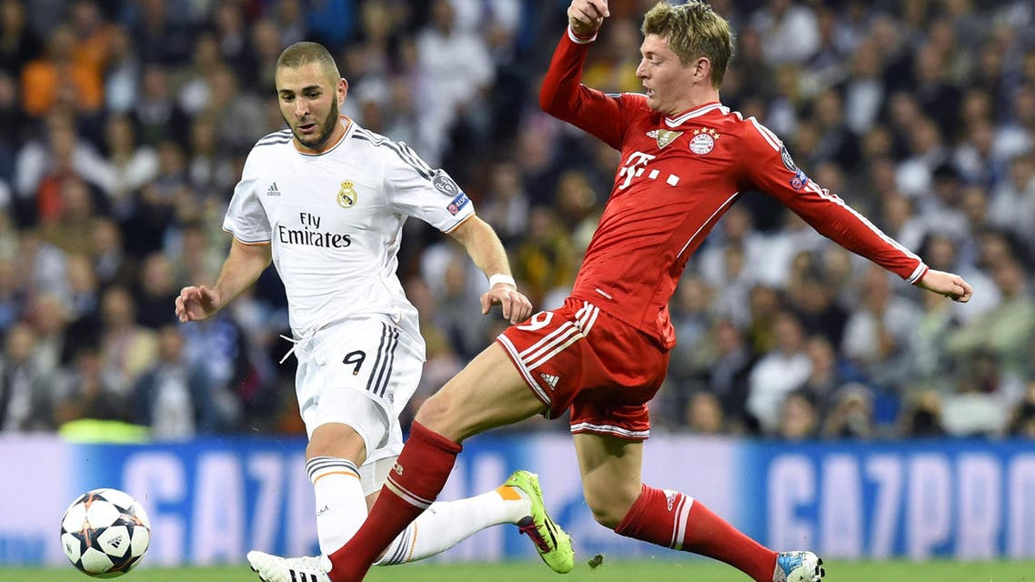 Real Madrid's French forward Karim Benzema (L) vies with Bayern Munich's midfielder Toni Kroos during the UEFA Champions League semifinal first leg in Madrid on April 23, 2014. (AFP)