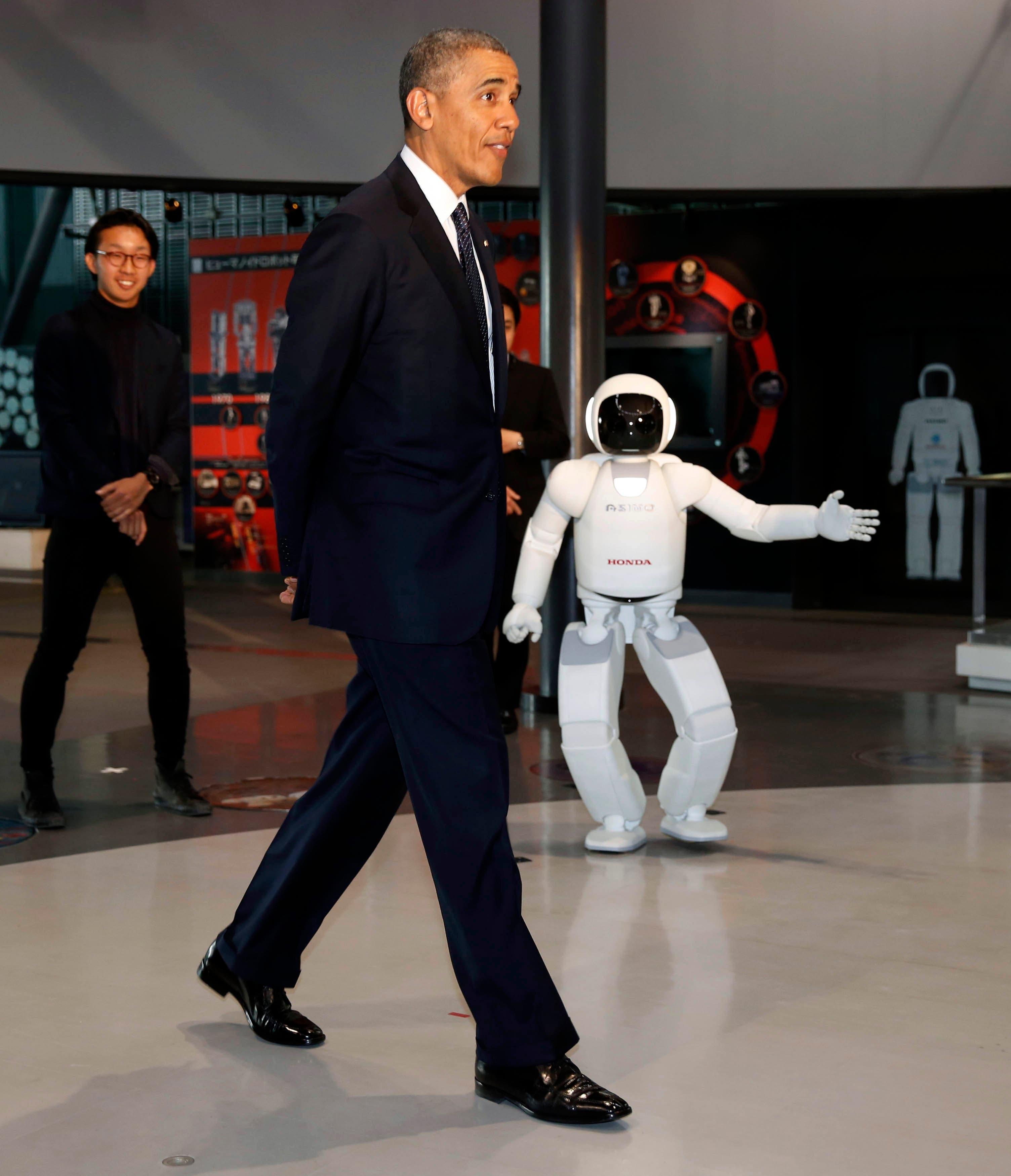 أحدث رجل آلي يلعب مع أوباما