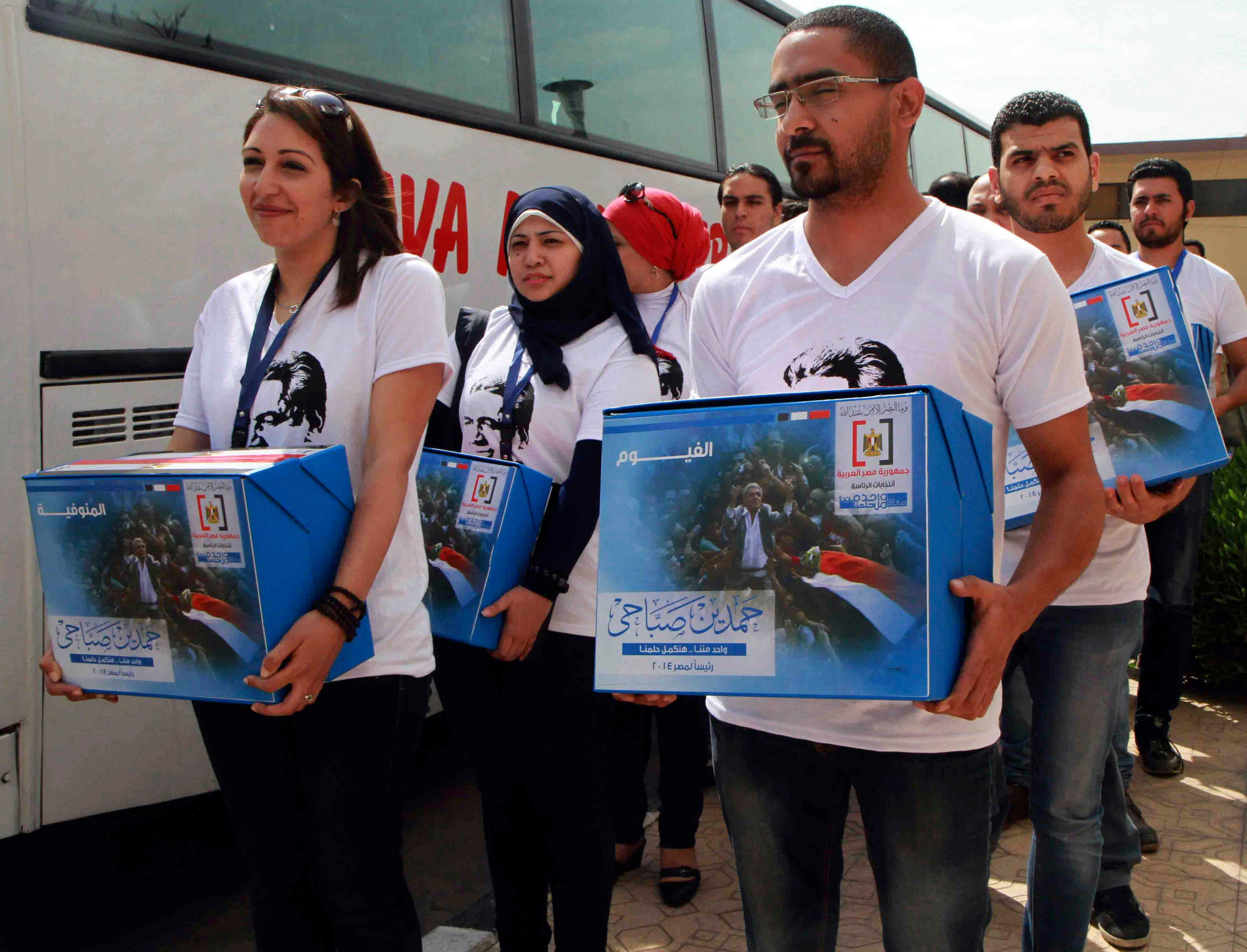 Youths working for leftist politician Hamdeen Sabahi submit boxes of endorsements in Cairo, April 19, 2014. (Reuters)