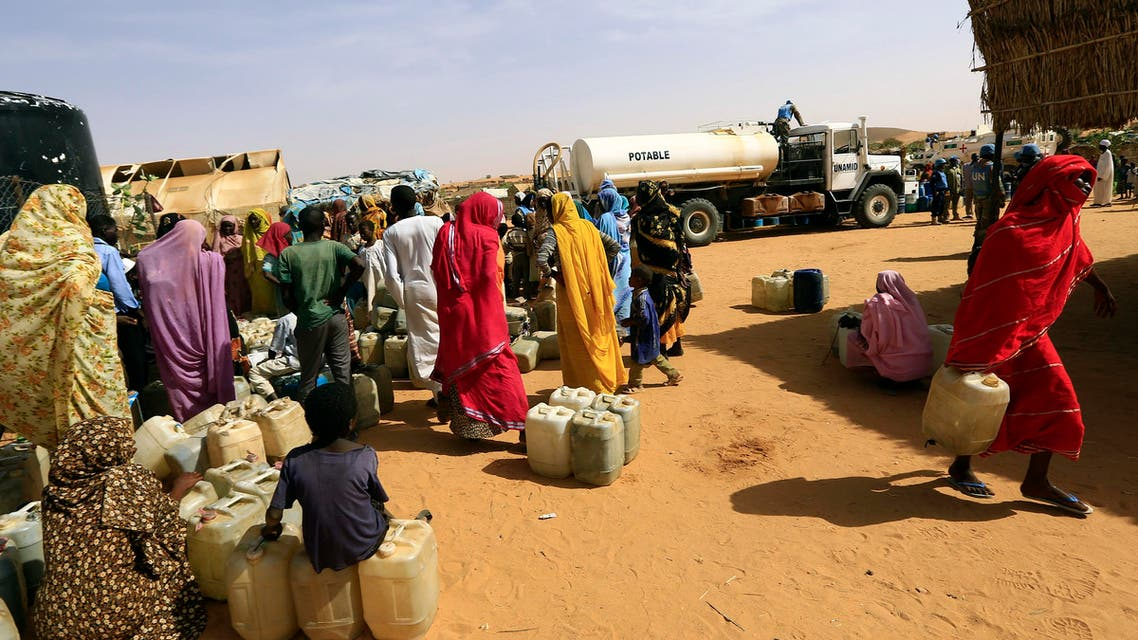 Internally displaced persons (IDPs) wait to get water at the Al-Abassi camp for IDPs in Mellit town, North Darfur March 25, 2014. (Reuters)