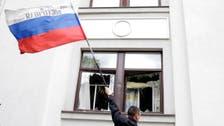 مسلحون يرفعون علم روسيا على مبنى حكومي شرق أوكرانيا