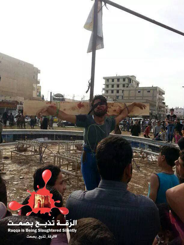 بالصور.. داعش يصلب شابين ويعدم 8 بينهم طفلين