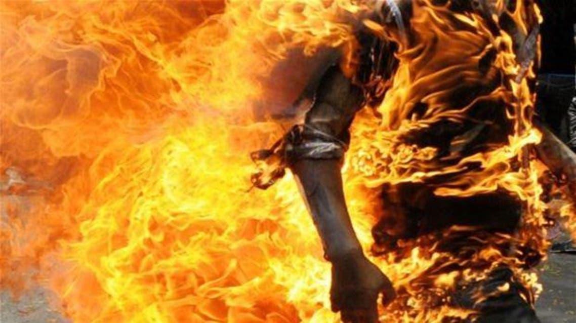 هندي يحرق نفسه