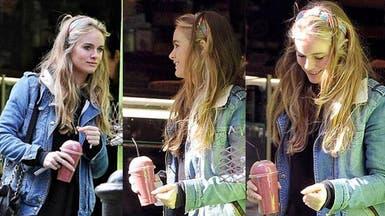 صديقة الأمير هاري السابقة تحتسي العصير بشوارع لندن
