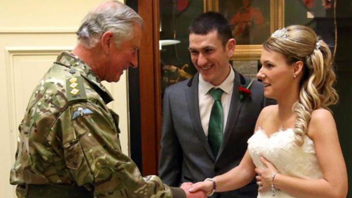 """الأمير تشارلز يحضر حفل زفاف """"فجأة"""" ببدلته العسكرية"""