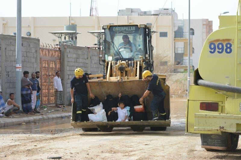 فرق الدفاع المدني تنقذ عائلة في مكة بعد هطول الأمطار.