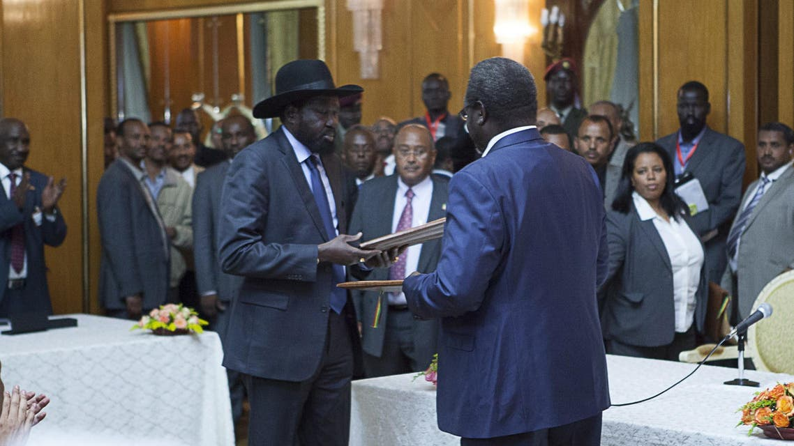 Salva Kiir (L), President of South Sudan, and Riek Machar (R), SPLM Opposition leader, hand over the Cessation of Hostilities treaty over the war in South Sudan on May 9, 2014 in Addis Ababa. (AFP)