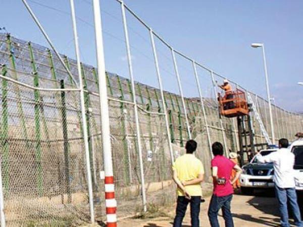 المغرب يشيد سياجاً بشفرات حادة قرب مليلية