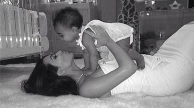 كيم كارديشيان تحتفل بأول عيد أم مع ابنتها