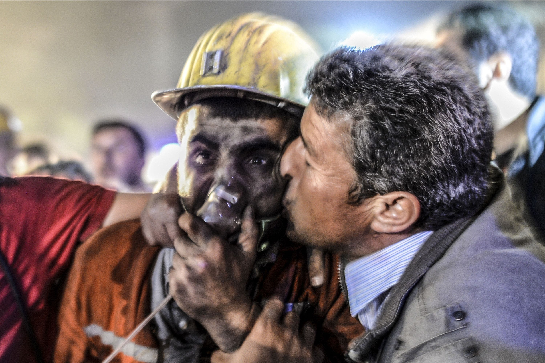 اب يقبل ابنه بعد نجاته في حادث المنجم التركي