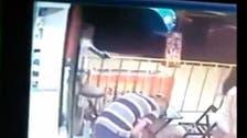 فيديو مروع.. قنص أب بالرصاص أمام طفلته