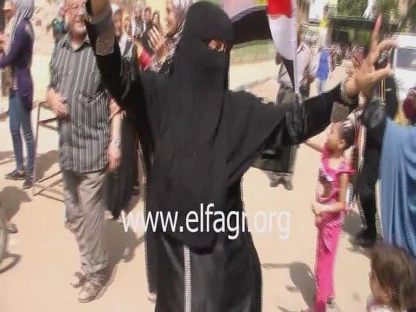 """منقبة مصرية ترقص بحماس على """"بشرة خير"""""""
