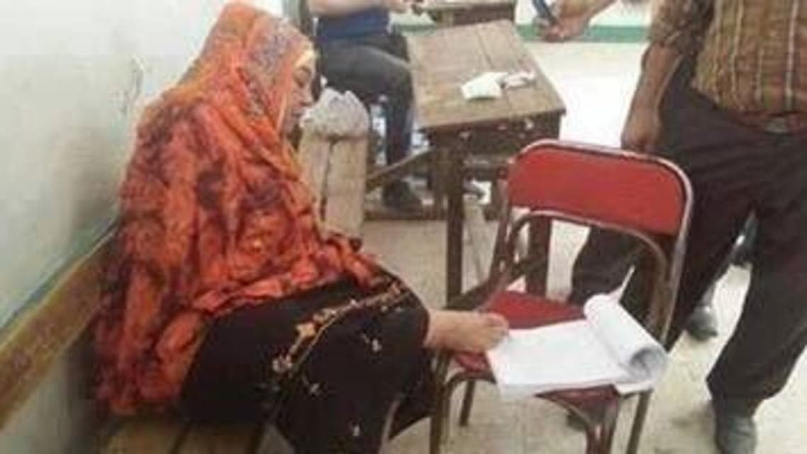 سيدة فقدت ذراعيها تصوت بقدمها في الانتخابات الرئاسية