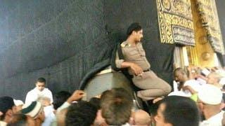 أمير مكة: التحقيق مع رجل أمن وضع حذاءه على