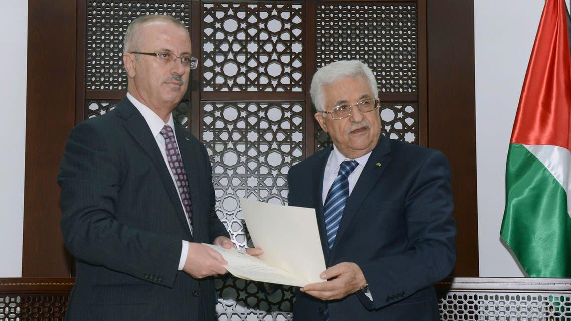 الرئيس الفلسطيني محمود عباس يسلم تكليف تشكيل الحكومة ل رامي الحمدالله