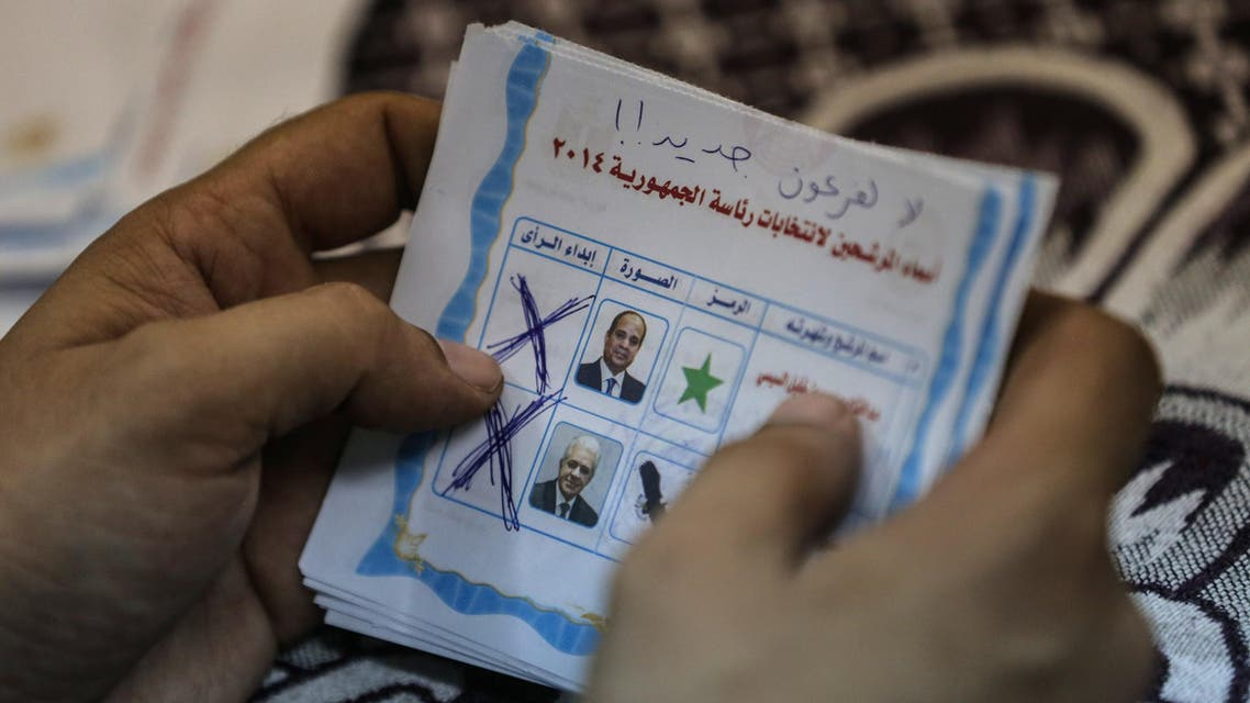 A polling station official counts ballots in the Egyptian capital Cairo on May 28, 2014 at the end of voting in the presidential election.  AFP