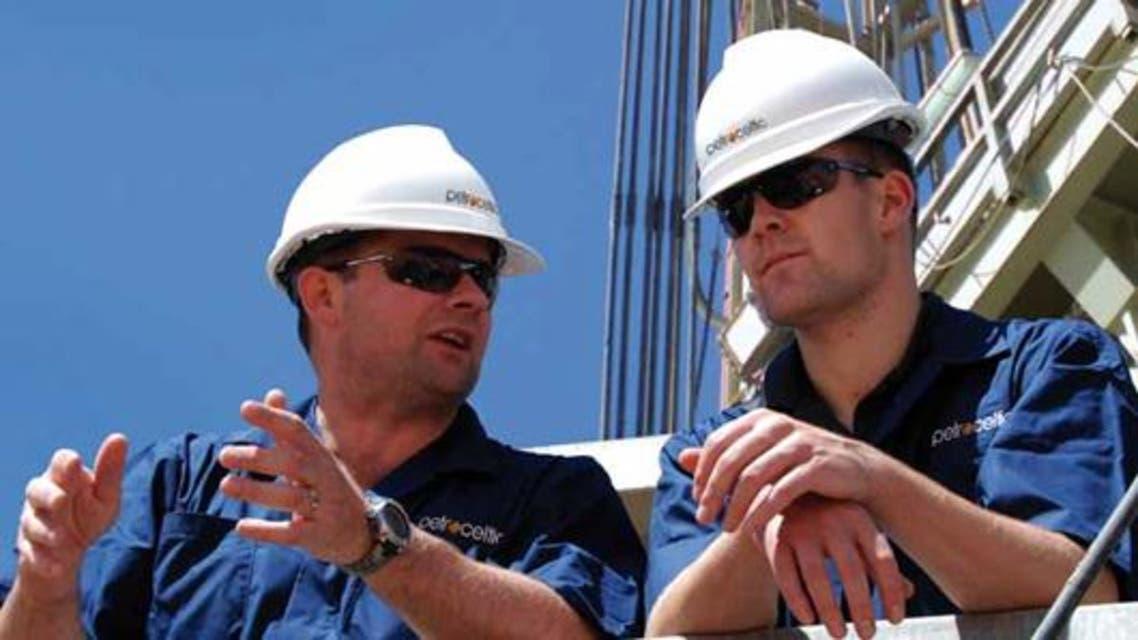 مهندسان من بتروسيلتيك خلال التنقيب
