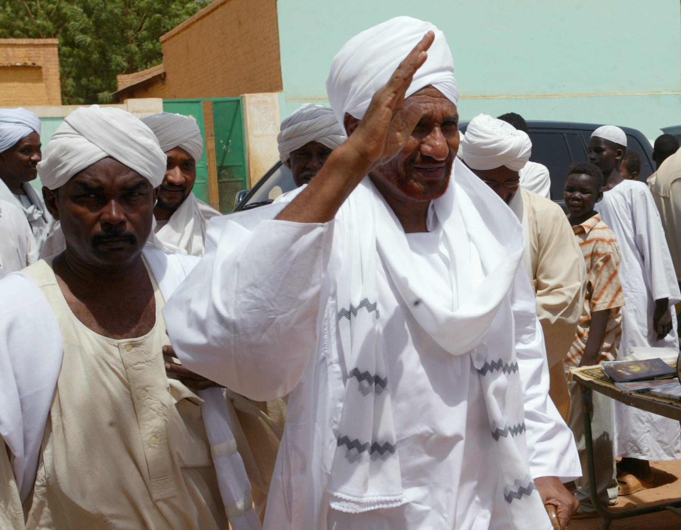 Sudan's former prime minister and opposition politician Sadiq al-Mahdi (R) waves to protesters during a demonstration against the Israeli raids on Lebanon, in Sudan's capital Khartoum, July 21, 2006. (Reuters)