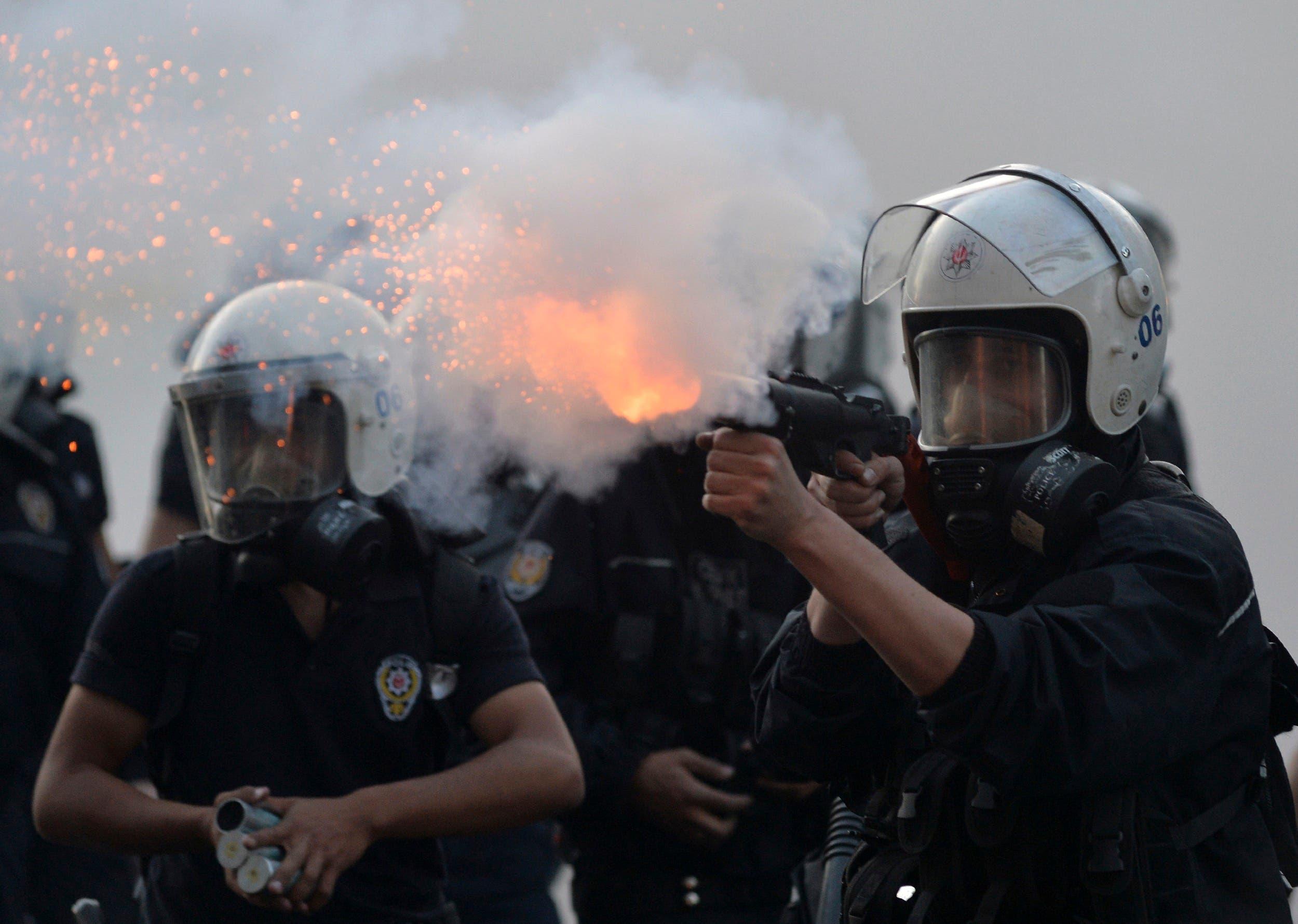 شرطة تركيا أردوغان تطلق الغاز المسيل للدموع على المتظاهرين