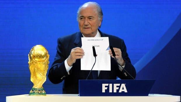 بلاتر لحظة اعلان اختيار قطر لتنظيم كأس العالم 2022